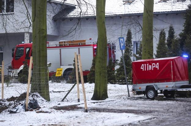 Straż pożarna i policja w miejscu pożaru w hospicjum w Chojnicach /Jan Dzban /PAP