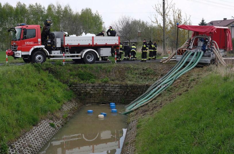 Straż pożarna odpompowuje wodę w Bieruniu /Andrzej Grygiel /PAP