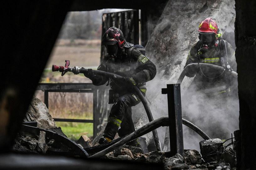 Straż pożarna podczas gaszenia pożaru hali produkcji styroduru /Wojtek Jargiło /PAP