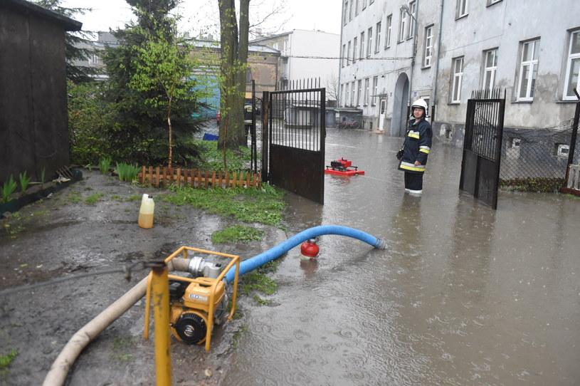 Straż pożarna pomaga usuwać skutki ulewy w Brzezinach /Grzegorz Michałowski /PAP