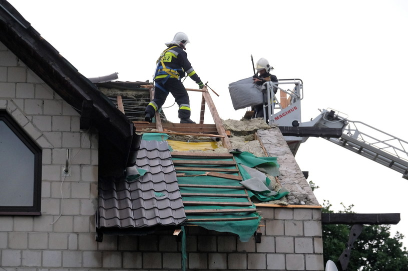 Straż pożarna usuwa zniszczenia po burzy w miejscowości Niegowoniczki, woj. śląskie /PAP