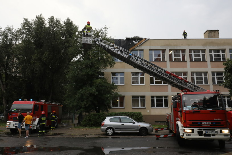 Straż pożarna zabezpiecza uszkodzony dach Zespołu Szkół Łączności w Warszawie /PAP/Paweł Supernak /PAP