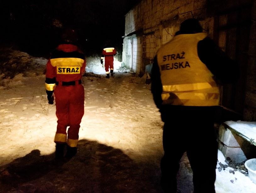 Straż sprawdzająca tereny wokół pustostanu w Łodzi /Marcin Jurkiewicz /East News
