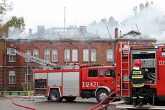 Strażacy dogaszają pożar gimnazjum w Sianowie