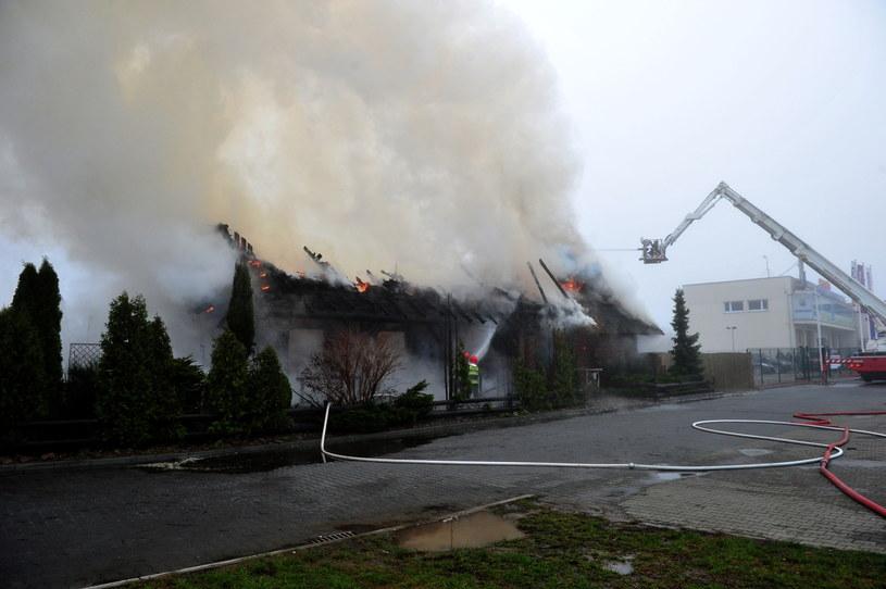 Strażacy dogaszają pożar restauracji Chałupa w Szczecinie /Marcin Bielecki /PAP