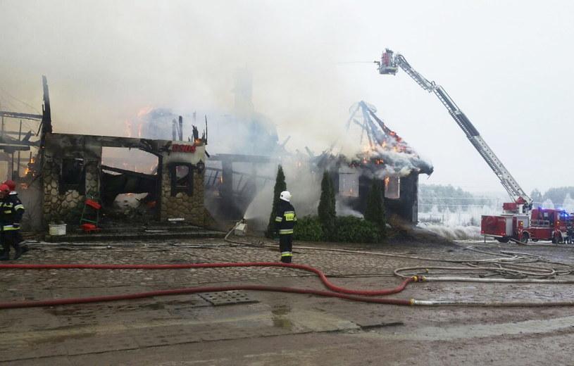 Strażacy dogaszają pożar restauracji w Egiertowie /Państwowa Straż Pożarna /PAP
