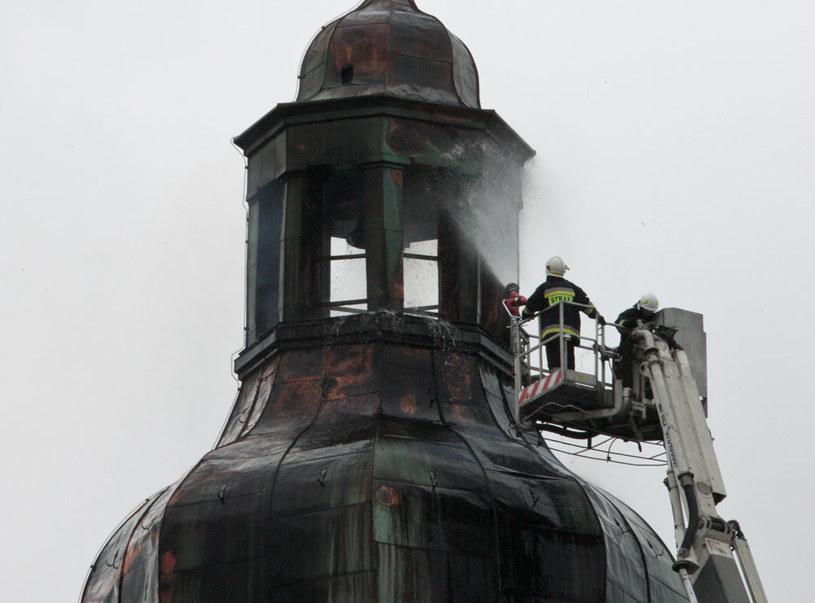 Strażacy dogaszają pożar wieży katedry w Gorzowie Wielkopolskim /Lech Muszyński /PAP