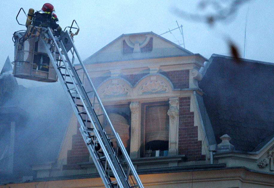 Strażacy dogaszający pożar kamienicy w Katowicach /Andrzej Grygiel /PAP