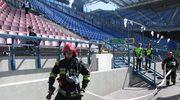 Strażacy gaszą ogień po wybuchu bomby na trybunach