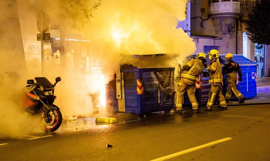 Strażacy gaszą ogień podłożony przez protestujących w Logrono /RAQUEL MANZANARES /PAP/EPA