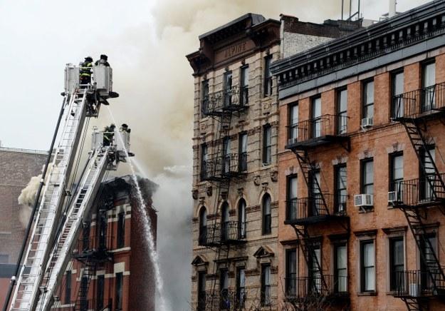 Strażacy gaszą pożar, który wybuchł w częściowo zawalonym budynku /JUSTIN LANE /PAP/EPA