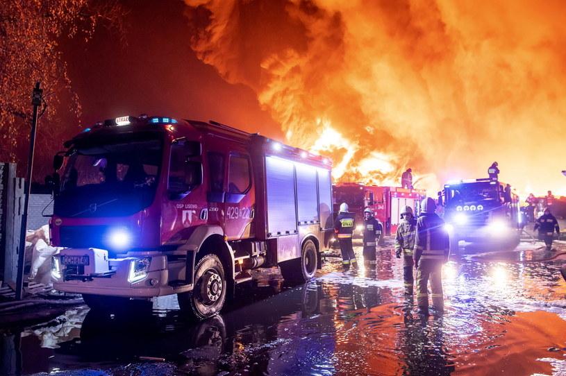 Strażacy gaszą pożar składowiska opon w Raciniewie koło Unisławia / Tytus Żmijewski    /PAP
