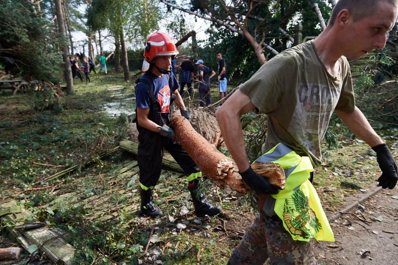 Strażacy i mieszkańcy usuwają szkody po nawałnicy w miejscowości Rytel (woj. pomorskie) /Adam Warżawa /PAP