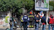 Strażacy i oficerowie sądowi badający we włoskim Brindisi miejsce wybuchu bomby, która zabiła jedną i raniła siedem osób