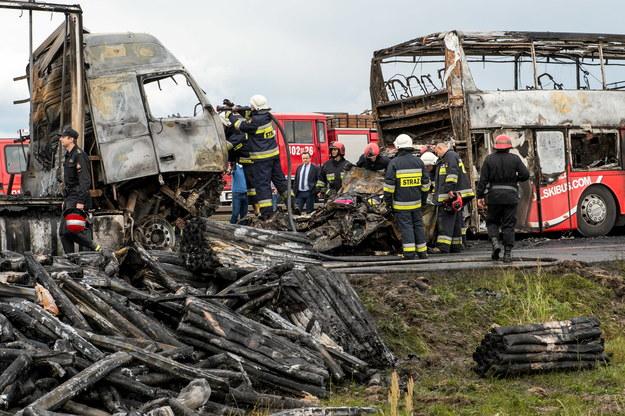 Strażacy i policjanci na miejscu karambolu na autostradzie A4 w pobliżu węzła Brzeg /Maciej Kulczyński /PAP