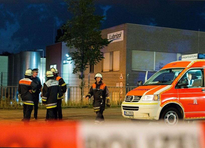 Strażacy i policjanci na terenie fabryki chemicznej, gdzie ulatniał się niebezpieczny gaz /Daniel Bockwoldt /PAP/EPA
