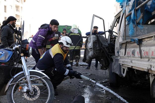 Strażacy i ratownicy na miejscu eksplozji w Idlib /YAHYA NEMAH /PAP/EPA