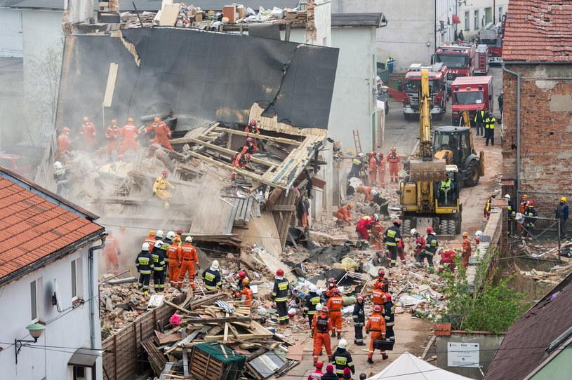 Strażacy i ratownicy na miejscu wypadku /Maciej Kulczyński /PAP