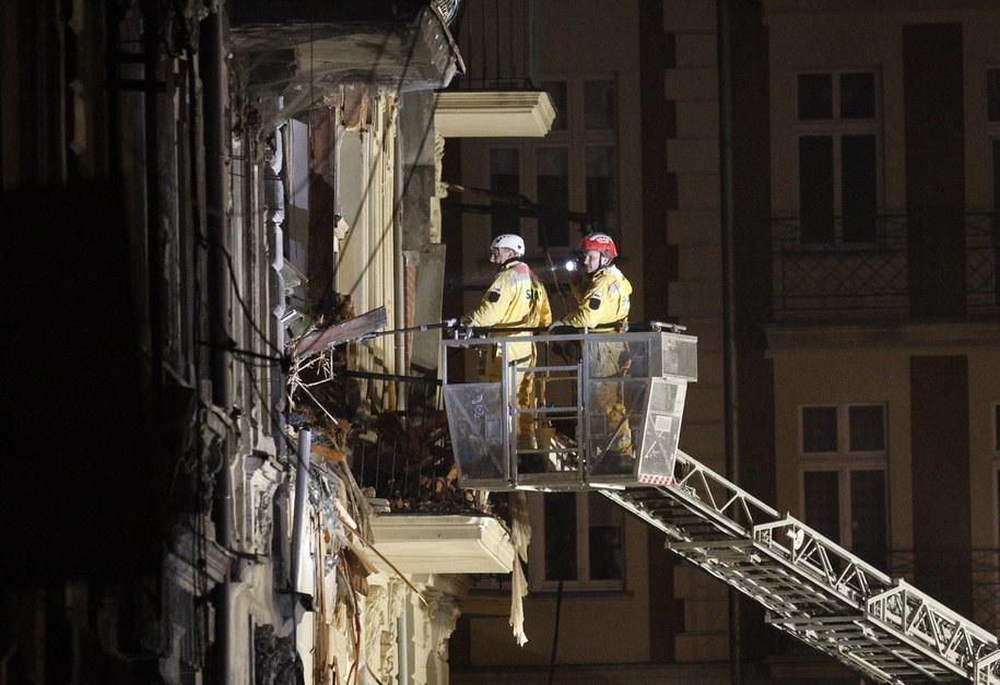 Strażacy i służby kryzysowe kontynuują akcję na gruzowisku kamienicy w Katowicach /Andrzej Grygiel /PAP