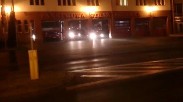 Strażacy, których wyjazd z remizy został zarejestrowany na filmiku, najwyraźniej tak się spieszyli do akcji, że zapomnieli solidnie  przyczepić do samochodu holowaną motorówkę...
