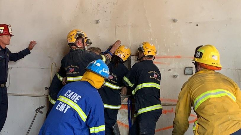 Strażacy musieli wyciąć część ściany, by uwolnić kobietę /OCFA PIO /Twitter