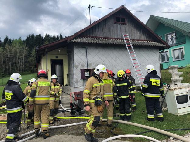 Strażacy na miejscu pożaru /KM PSP Nowy Sącz /PAP