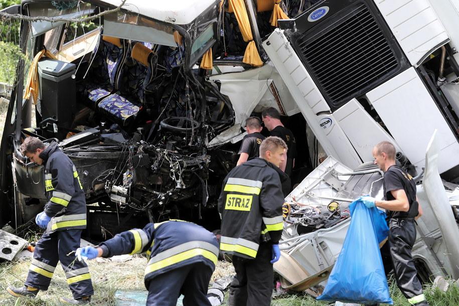 Strażacy na miejscu wypadku / Grzegorz Momot    /PAP