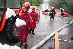 Strażacy na zalanym terenie w Skoczowie