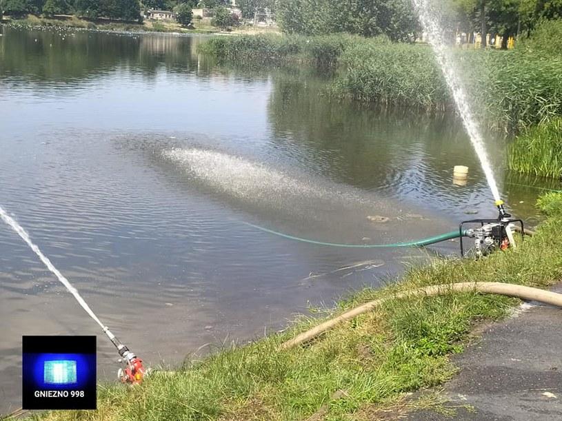 Strażacy napowietrzają jezioro /Gniezno 998 /materiały prasowe
