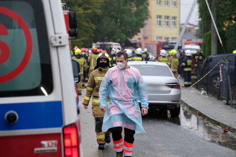 Strażacy oraz ratownicy medyczni pracujący na miejscu zdarzenia / Andrzej Grygiel    /PAP