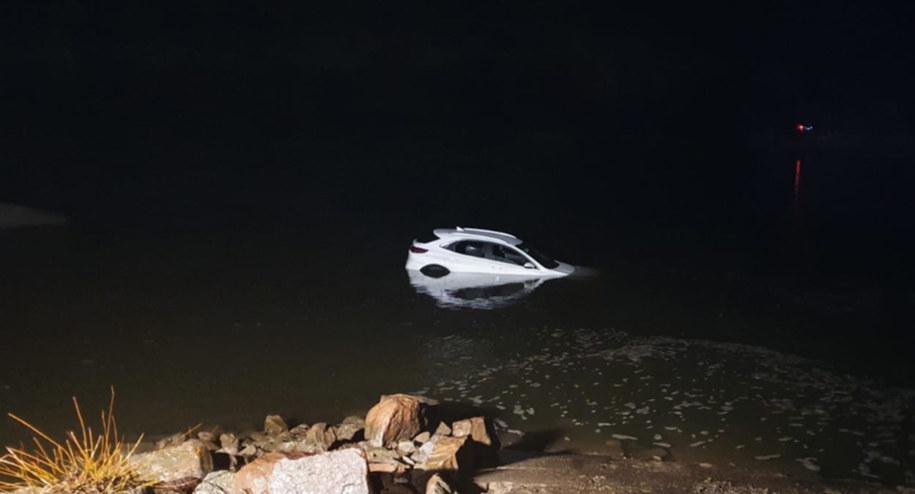 Strażacy po kilku godzinach wyciągnęli zatopione auto z rzeki /Policja