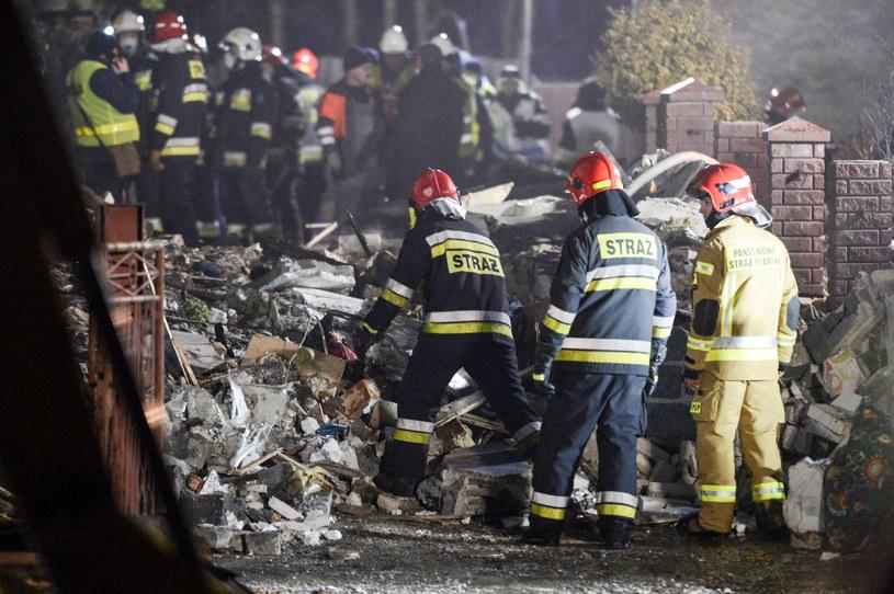 Strażacy podczas akcji ratunkowej po eksplozji w domu w Szczyrku /Łukasz Kalinowski /East News