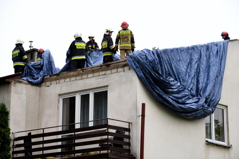 Strażacy podczas akcji w domu w Nizinach (woj. podkarpackie) /Darek Delmanowicz /PAP