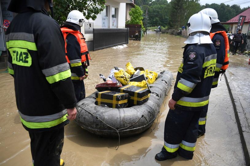 Strażacy podczas akcji w zalanym Łapanowie koło Wieliczki. /Darek Delmanowicz /PAP