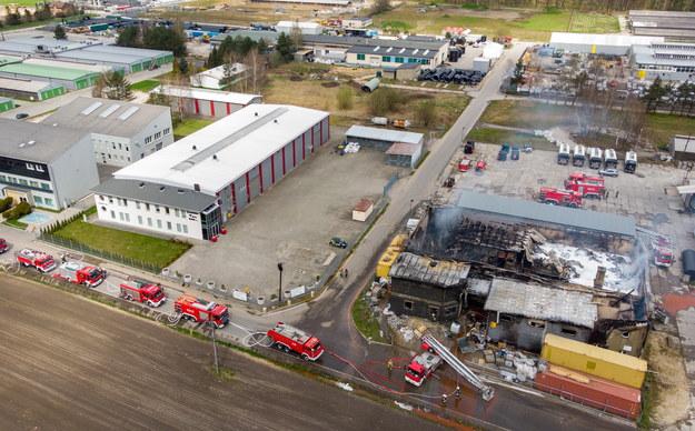 Strażacy podczas dogaszania pożaru hali produkcyjno-magazynowej w Studzienicach /Andrzej Grygiel /PAP