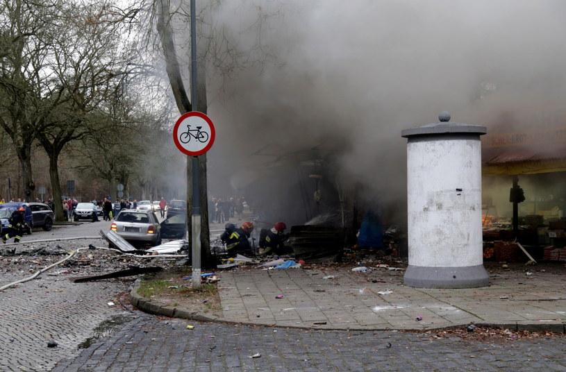 Strażacy pracują na miejscu wybuchu stoiska z fajerwerkami /Marcin Bielecki /PAP