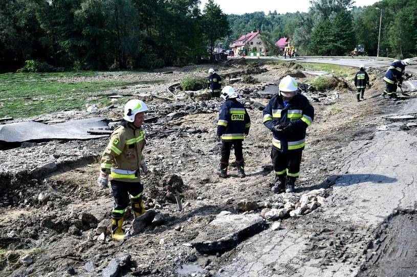 Strażacy pracują przy usuwaniu zniszczeń w miejscowości Hadle Kańczuckie (pow. przeworski). /Dariusz Delmanowicz    /PAP