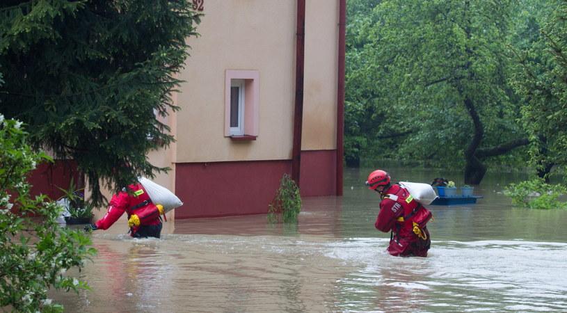 Strażacy pracują przy zabezpieczaniu jednego z podtopionych domów /Andrzej Grygiel /PAP