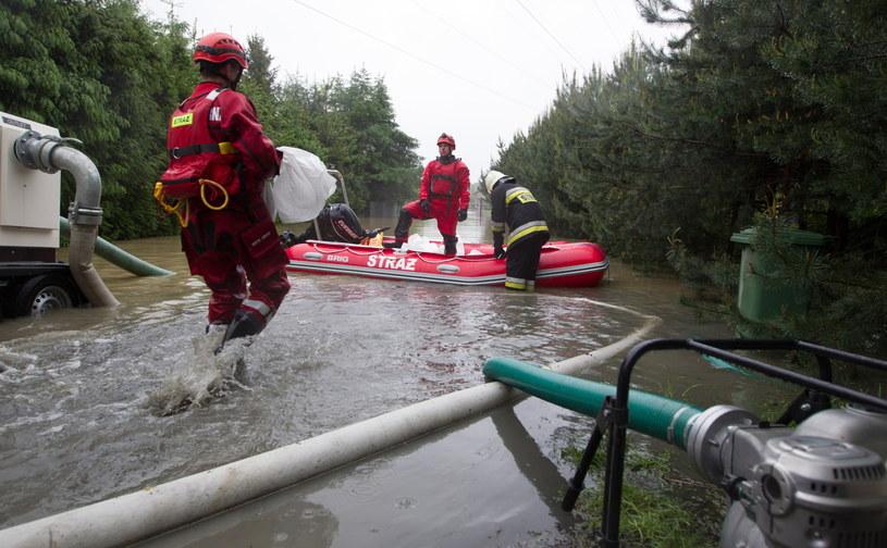 Strażacy pracują przy zabezpieczaniu podtopionych domów /Andrzej Grygiel /PAP