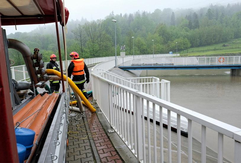 Strażacy przepompowują wodę w zbiorniku w Wilkowicach, zdjęcie z 23 maja / Andrzej Grygiel /PAP