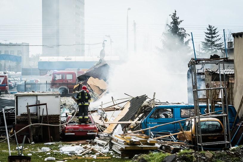 Strażacy przeszukują rumowisko / Tytus Żmijewski    /PAP
