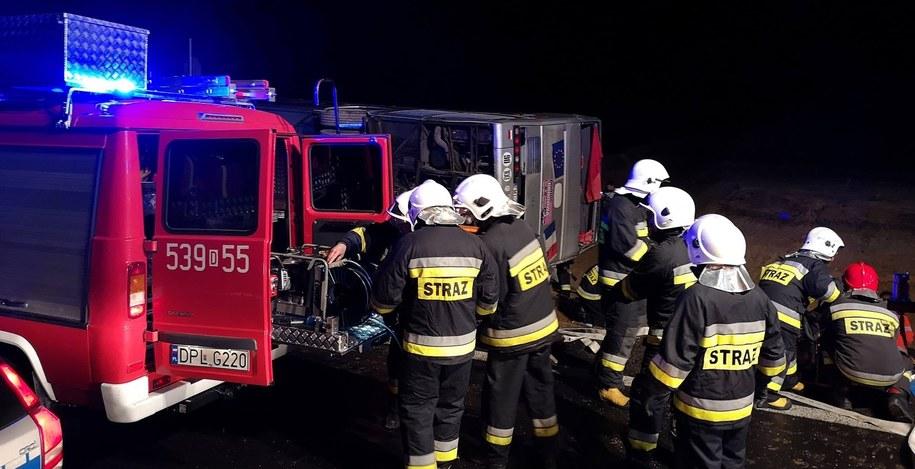 Strażacy przy przewróconym autokarze /112 Polkowice/Krzysztof Halla /