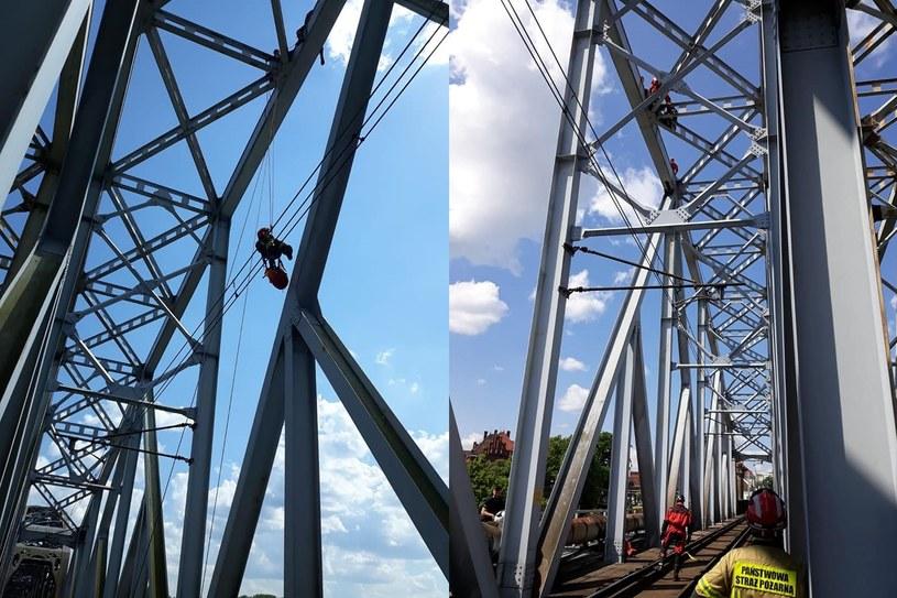 Strażacy sprowadzili mężczyznę, który spał na górze mostu kolejowego /KM PSP Toruń /facebook.com