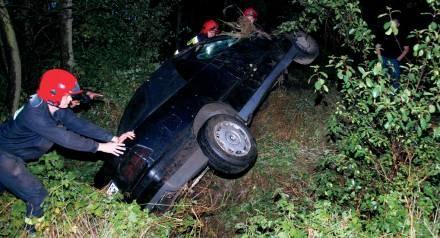 Strażacy stawiają auto na koła/ fot. Paweł Lachowicz /Tygodnik Pałuki