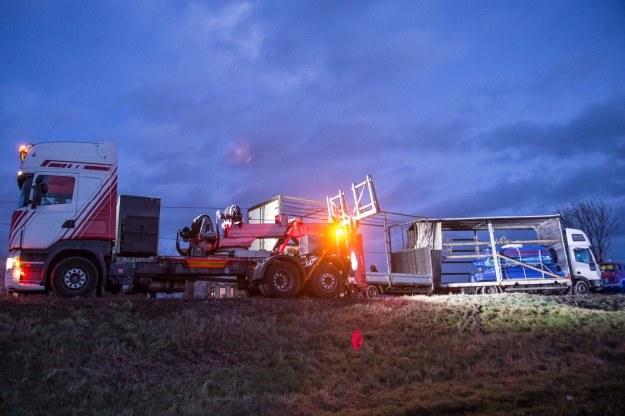 Strażacy stawiają na koła ciężarówkę, przewróconą przez wiatr na drodze nr 395 Wrocław-Strzelin w Turowie /Maciej Kulczyński /PAP