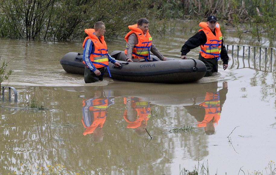 Strażacy transportują pontonem jedną z mieszkanek Buszkowic /Darek Delmanowicz /PAP