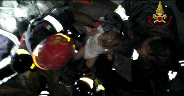 Strażacy uratowali spod gruzów niemowlę /TALIAN FIRE DEPARTMENT HANDOUT /PAP/EPA