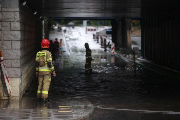 Strażacy usuwają skutki zalania tunelu przy ulicy Prądnickiej w Krakowie, po gwałtownej burzy, która przeszła nad miastem //Łukasz Gągulski /PAP