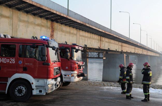Strażacy w pobliżu Mostu Łazienkowskiego w Warszawie /PAP
