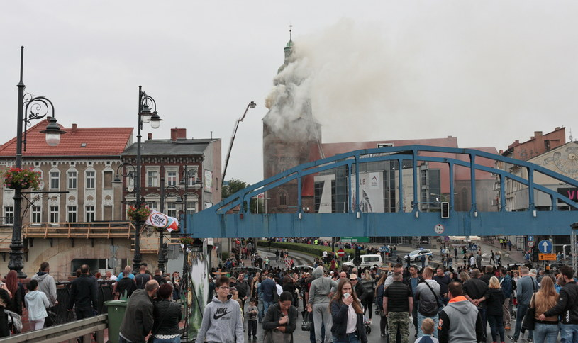 Strażacy walczą z pożarem katedry (w tle) w Gorzowie Wielkopolskim /Lech Muszyński /PAP